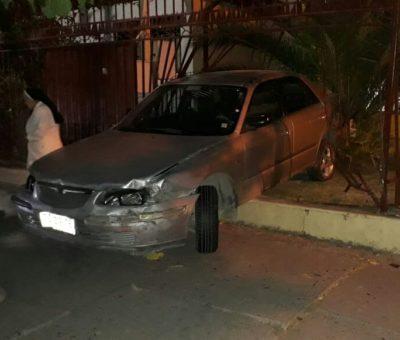 Automóvil terminó incrustado en Colegio Santa Juana de Arcos en San Felipe