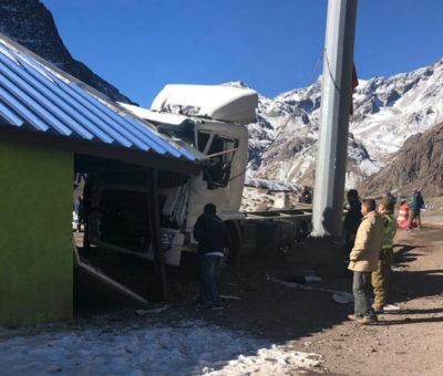 Camión chocó con baños del Complejo Los Libertadores