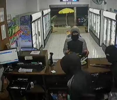 """Tres delincuentes con enormes """"estoques"""" en mano asaltaron botillería en San Felipe"""