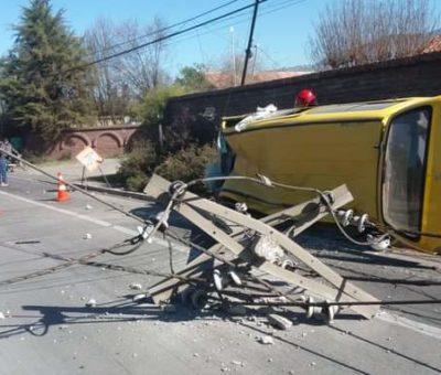 Conductora grave al chocar furgón con poste del tendido eléctrico en Panquehue