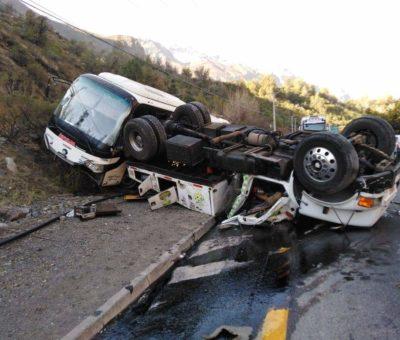 Conductor y copiloto salvaron con vida al volcar grúa en Camino Internacional en Los Andes