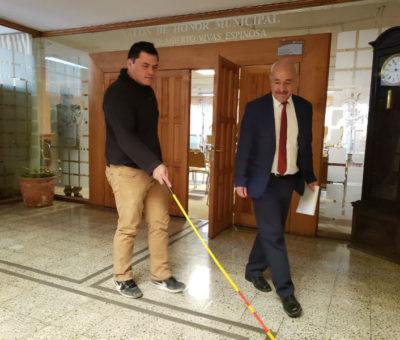 Municipalidad de San Felipe instala huinchas podotáctiles en sus dependencias para mejorar accesibilidad universal