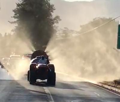 Agricultores sacaron tractores para fumigar calles de Santa Maria