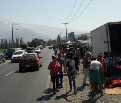 Municipalidad de San Felipe sostiene que feria en camino a Putaendo es ilegal y que no puede funcionar